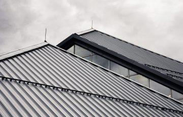 K našim špecializáciám patrí izolácia plochých striech. Izoláciou strechy zabezpečíte teplo v dome a slúži aj ako ochrana proti vode.  Realizujeme taktiež akúkoľvek prácu so šikmými strechami.